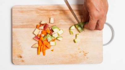 Lavate le zucchine e le carote e tagliatele a dadini.