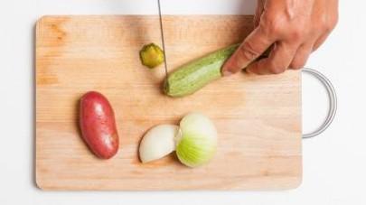 Lavate le verdure e tagliatele a tocchetti. Fatele cuocere nel Mio Brodo Star - Verdure per 15 min a fiamma viva.