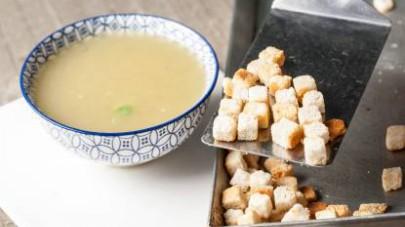 Tagliate a cubetti il pane e mettetelo in forno per 5 min. a 200° C per fare i crostini. Servite il brodo in ciotoline monoporzioni con abbondanti crostini e una spolverata di pepe.