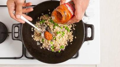 Aggiungete l'orzo e il Tigullio GranPesto Pomodori Secchi e Pistacchi e continuate la cottura per 1-2 min.