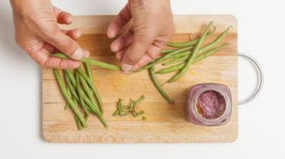Pulite i fagiolini, tagliateli a tocchetti e fateli bollire in acqua salata per circa 10 min.