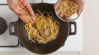 Intanto fate cuocere la pasta in abbondante acqua salata, scolatela e fatela saltare con il sugo, aggiungendo alla fine una spolverata abbondante di granella di mandorle