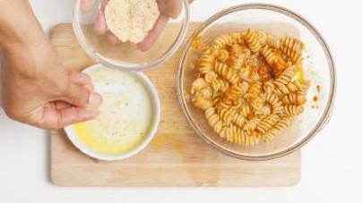 Oliate delle pirofile monoporzione e versate in ciascuna del pangrattato.