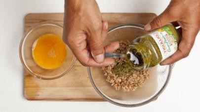 Unite il GranPesto Tigullio Senz'Aglio al farro, poi aggiungete anche le uova, mescolando bene e formando delle polpette di circa 2 cm di diametro.
