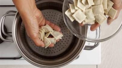 Nel frattempo cuocete i ravioli in abbondante acqua salata fino a quando non verranno a galla, scolateli e fateli saltare in padella con il sugo.