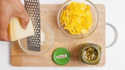 Mettete a bollire l'acqua per la pasta in una pentola capiente e, nel frattempo, grattugiate il pecorino raccogliendolo in una ciotola.