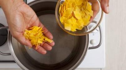Cuocete i maltagliati nell'acqua salata per pochi minuti, controllando sempre il tempo di cottura indicato sulla confezione.