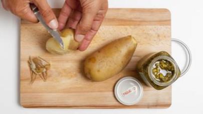 Cuocete le patate in acqua salata per circa 30 min (il tempo necessario varia a seconda delle loro dimensioni), poi scolatele e lasciatele raffreddare. Quando le patate saranno fredde, pelatele e disp