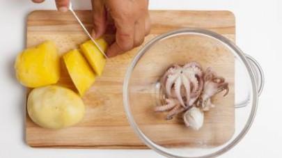 Tagliate le patate a tocchetti non troppo piccoli e mettetele in una ciotola capiente. Pulite bene i moscardini, lavateli e metteteli a cuocere in acqua fredda per circa 20 min.