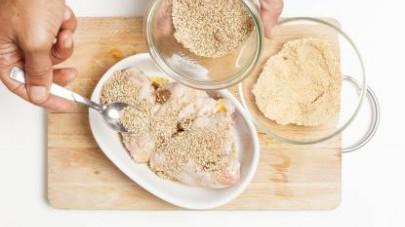 Ricoprite le ali di pollo con semi di sesamo e pangrattato e fate cuocere in forno per a 180° C per 18-20 min.