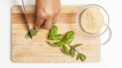 Preparate un trito delle erbette aromatiche e unitele all'avena in una ciotola.