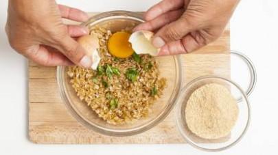 Aggiungete 2 uova, un pizzico di garam masala e un paio di cucchiai di pangrattato, mescolate bene sino ad ottenere un impasto omogeneo e procedete con la preparazione delle polpette.