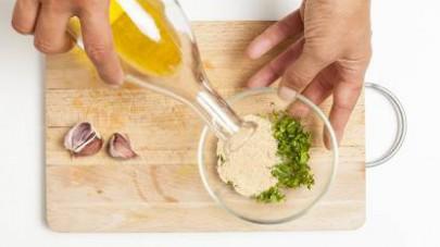 Preparate la farcitura con pangratttato, olio extravergine di oliva e uno spicchio di aglio tritato finemente. Aggiungete una spolverata di prezzemolo fresco.