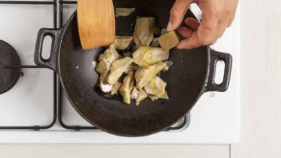 Fate saltare i carciofi in padella con poco olio extravergine di oliva e il Mio Dado Star – Vegetale con 9 verdure.