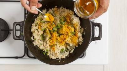 Fate cuocere la quinoa in abbondante acqua salata, scolatela e unitela ai carciofi in padella, aggiungendo anche la curcuma.