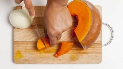 Affettate sottilmente la cipolla, poi tagliate la zucca, rimuovete eventuali semi e filamenti interni e riducetela a cubetti piuttosto grossi.