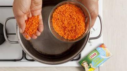 Risciacquate con attenzione le lenticchie rosse, poi fatele cuocere in acqua salata (il doppio del peso delle lenticchie) per circa 15 min o fino a quando il liquido non sarà stato assorbito.