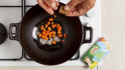 Rosolate lo scalogno insieme con le carote e il Mio Dado Star - Classico -30% di sale e, dopo qualche minuto di cottura, aggiungete anche le zucchine.