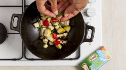 A questo punto togliete l'aglio e aggiungete i pomodorini e la menta fresca tritata.
