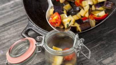 Servite accompagnando le verdure con cialde croccanti o cracker artigianali.