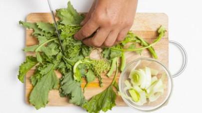 Pelate le patate e le carote e tagliatele a cubetti, poi affettate il porro dopo averlo lavato e privato delle radici e della foglia esterna.