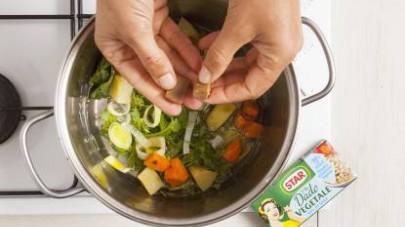 In una pentola dai bordi alti rosolate tutte le verdure con poco olio extravergine di oliva, poi aggiungete il Mio Dado Star - Vegetale -30% di sale e 1 litro di acqua.