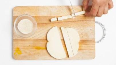 Tagliate a cubetti il provolone, passatelo prima nel pangrattato poi nell'uovo e friggetelo per pochi istanti in olio di semi bollente.