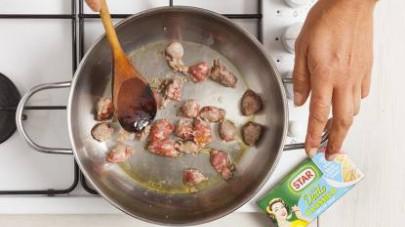 Pelate la salsiccia e tritatela grossolanamente.