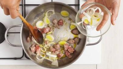 Unite anche i porri affettati finemente e rosolateli per ulteriori 5 min., poi unite il riso procedendo nella cottura del risotto in modo classico, aggiungendo, quando necessario, il brodo preparato c