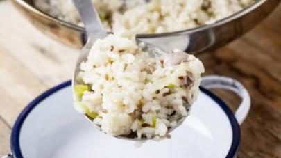 Continuate a mescolare e, a un paio di minuti circa dal termine della cottura, unite anche i semi di lino e una spolverata di pepe. Servite il risotto ben caldo