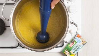 Togliete l'aglio e frullate il tutto con un minipimer fino ad ottenere un passato molto cremoso che potete servire con un filo di olio a crudo e una generosa macinata di pepe fresco (se lo gradite).