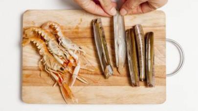 Pulite i cannolicchi privandoli del guscio e gli scampi rimuovendo le parti dure (gusci, teste e code) e metteteli da parte.