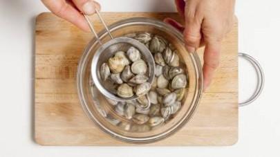 Iniziate preparando il brodo con il Mio Dado Star - Vegetale -30% sale e, nel frattempo, mettete in ammollo le vongole così da spurgarle da eventuali residui di sabbia, poi mettetele in un colino e ri