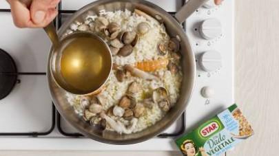 Unite i cannolicchi al riso e cuocete aggiungendo il brodo.
