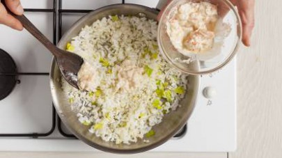 Rosolate il riso in poco olio extravergine di oliva, unite il sedano tritato e la crema di scampi e cuocete aggiungendo il brodo.