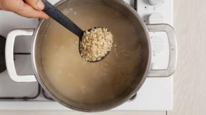 Cuocete il riso in abbondante brodo preparato con il dado Mio Dado Star - Vegetale con 9 verdure e scolatelo quando è ancora al dente.