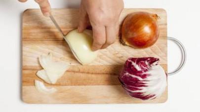 In una padella scaldate poco olio extravergine di oliva e aggiungetevi la cipolla che avrete privato della pelle e affettato finemente.
