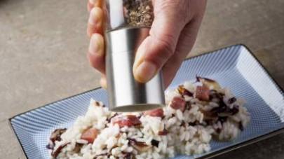 Cuocete nel modo classico unendo quando necessario il brodo preparato con il Mio Dado Star - Vegetale con 9 verdure e terminate la cottura portando in tavola il risotto con una macinata di pepe fresco