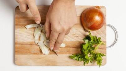 Tritate finemente la cipolla bionda e rosolatela in poco olio extravergine di oliva che avrete fatto scaldare per un paio di minuti in una padella.