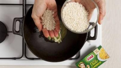 Unite anche il riso e cuocete per almeno 15 min aggiungendo a mano a mano il brodo preparato con il Mio Dado Star - Classico.