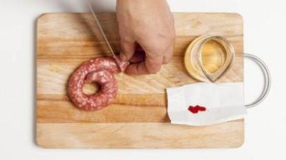 Iniziate tagliando la salsiccia a pezzi abbastanza grandi privandola, se lo preferite, del budello che la avvolge.