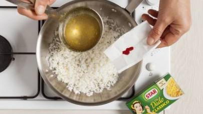 A questo punto aggiungete anche lo zafferano in polvere, mescolate e unite la salciccia, rosolando a fuoco vivo per 6/7 min.