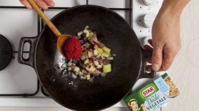 Aggiungete anche il concentrato di pomodoro e i polipetti, unite il riso e mescolate, proseguendo la cottura nella maniera classica, aggiungendo il brodo preparato con il Mio Dado Star - Vegetale -30%