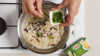 A 5 minuti dalla fine della cottura, mantecate con il taleggio tagliato a cubetti e aggiustate di pepe. Servite guarnendo con il prezzemolo fresco.