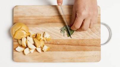 Lavate le foglie di salvia e tamponatele con un foglio di carta da cucina per asciugarle bene prima di sminuzzarle e di aggiungerle al radicchio in cottura.