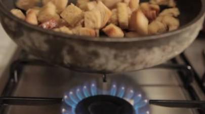 Tagliate il pane a cubetti. Fate scaldare una pentola antiaderente, aggiungete l'olio di oliva e fate saltare il pane in  modo che si dori da tutti i lati.