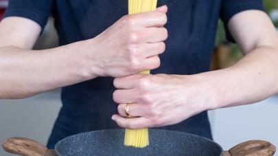 Spaghetti con pomodori secchi, pistacchi e ricotta